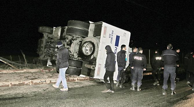 Beykoz'daki Mahmud Efendi Külliyesi'nin yıkımı 'kazalı' başladı. Devrilen TOMA'daki 2 polis yaralandı.