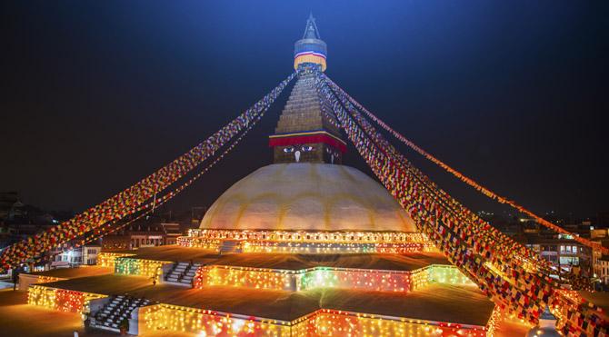 Tibet'te Stupa denen büyük yapılar bulunur. Bu yapılar evrenin yaradılışını sembolize etmek için inşa edilmişlerdir. Bu yapıların temelinde büyük bir küp bulunur toprağı temsilen