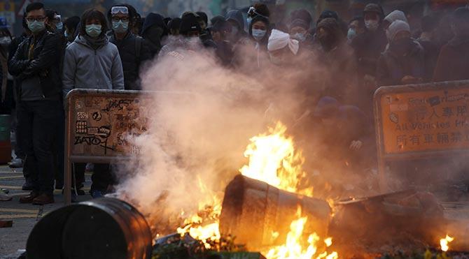 Hong Kong'da, sokaklara kurulan yasadışı satış tezgâhlarını kaldırmak isteyen polis ile işportacılar arasında çatışma çıktı