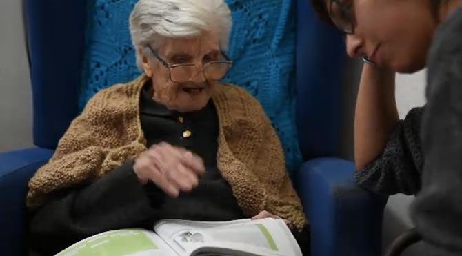 İtalya'da 101 yaşındaki emekli öğretmen Pietra Coniglio hâlâ ders vermeye devam ediyor