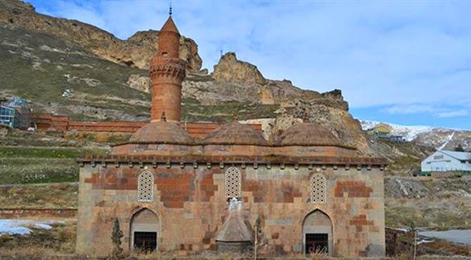 Tarihi caminin duvarından taş çaldılar