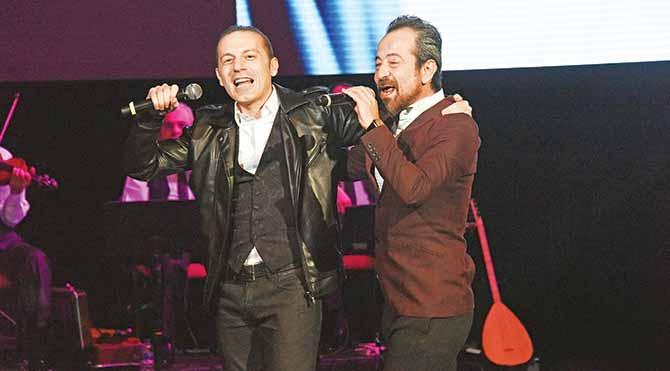 Feridun Düzağaç, FIFA kokartlı Hakem Cüneyt Çakır ile rock performans sergiledi.