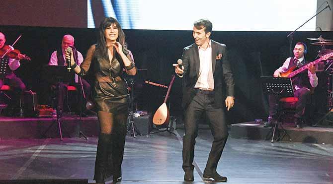 Barış Manço'nun 'Kara Sevda' şarkısını Ayşegül Aldinç ve Bülent Korkmaz sahnede dans ederek seslendirdiler.