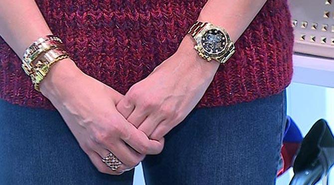 Ulusoy'un 34 bin Euro'luk saatinin, iş adamı sevgilisi Hacı Sabancı'dan hediye mi olduğu yoksa kendisi- nin mi satın aldığı öğrenilemedi.