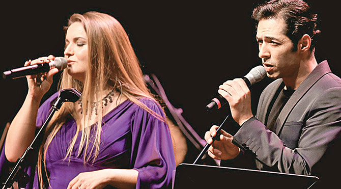 Senfoni Orkestrasıyla aşk şarkıları söyledi