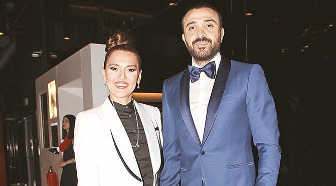 """Smokin giyme modasına uyan Demet Akalın, filmde aldığı küçük rol için """"Çekimler uzun sürdü ama hiç şikayet etmedim"""" dedi."""