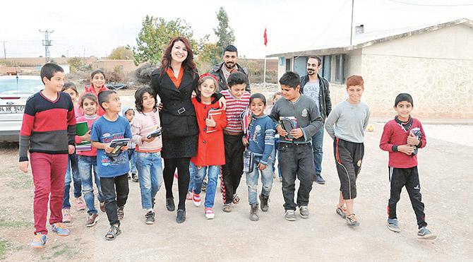 Rengin Yavuz, daha önce de ÖSYM'nin sınav için ücretsiz olarakverdiği kalemleri toplayıp öğrencilere dağıttıklarını söyledi.