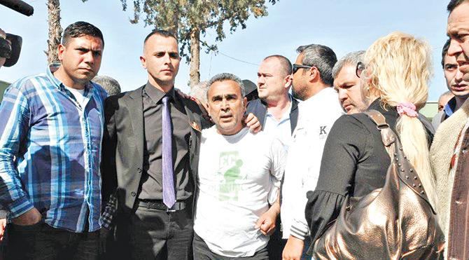 """Kızını kaybeden acılı baba Haydar Sarıkaya, """"Özgecan'ın katillerine verilen cezanın aynısını benim kızımı öldürenlere de verilsinler. Kızımın katillerine müebbet istiyorum"""" dedi."""