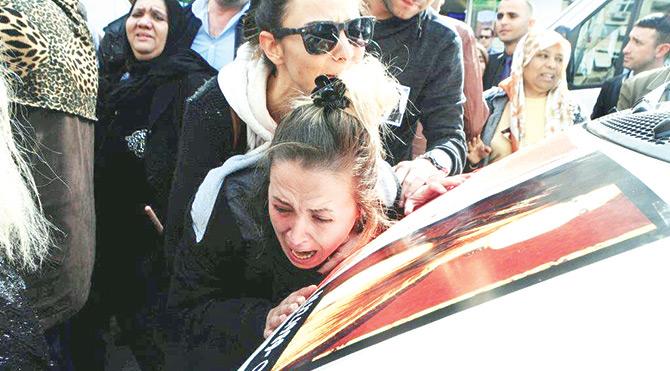 Türkan Sarıkaya'nın cenazesinde öfke ve gözyaşı vardı. Dövülerek katledilen genç kızın yakınları katile lanet yağdırdı. Sarıkaya'nın tabutunu taşıyan kadınlar arasındaki acılı anne Birgül Uçarlar ve Türkan'ın kuzenleri ayakta durmakta zorluk çekti.
