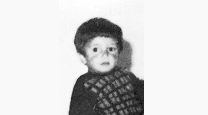 Kenan İmirzalıoğlu küçüklüğüne ait bu fotoğrafı sitesinde yayınladı.