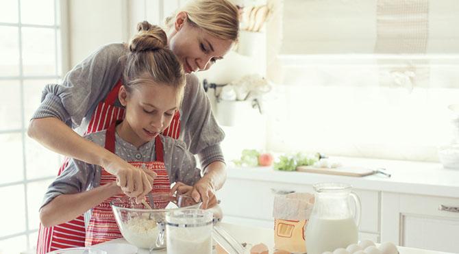 Kadınlarla vakit geçirin, iş arkadaşlarınıza veya komşularınıza sevecekleri tatlı, pasta, kurabiye, bisküvi türü yiyecekler ikram ederek sürpriz yapın.