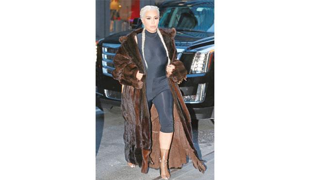Yıllardır fazla dekolteli kıyafetler giymesiyle tanınan Kim Kardashian'ın son zamanlarda kalın paltoların ardına gizlenmesinin sırrı ortaya çıktı.