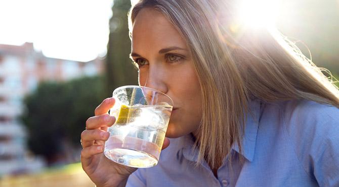 Sabahları ılık limonlu su içmenin 7 yararı