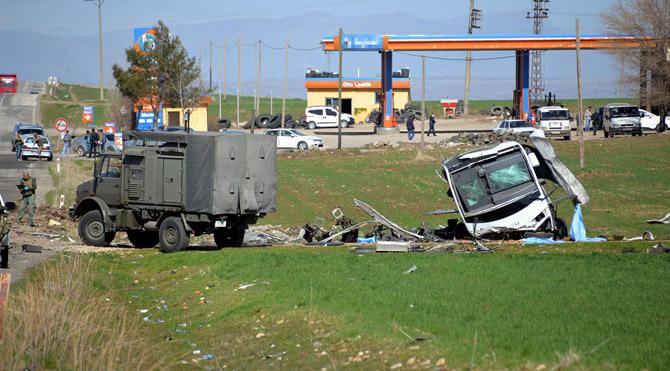 Diyarbakır'da askeri araca bombalı saldırı: 6 şehit