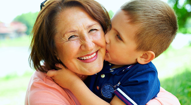 Çocuğa bakıcı mı büyükanne mi bakmalı?