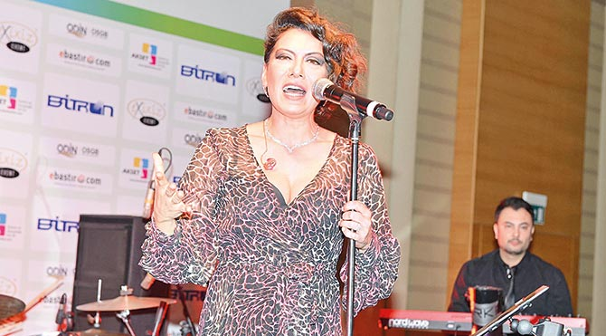 Gecede Sibel Tüzün'ün yanı sıra sunucu Behzat Uygur'un kendisiyle aynı taşıyan oğlu şarkıcı Behzat Uygur konser verdi.