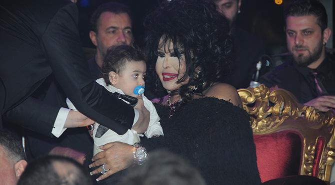 Foto: Emre Çevik - Bülent Ersoy sahneye aldığı bebeği sevdi
