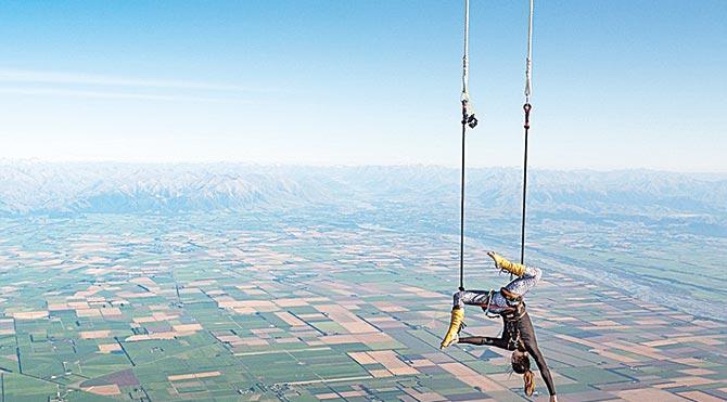 Yaklaşık bir yıldır spor salonunda trapez eğitimi alan Anna Cochrane'in girişiminden önceki 'en yüksekte trapez yapma' rekorunun 661 metre seviyesinde olduğu öğrenildi.