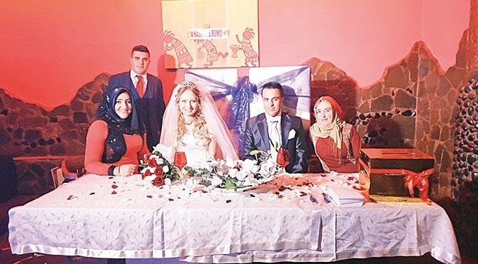 Antalya'da turizmcilik yapan Remzi Bayrambey ve yeni evlendiği eşi Nastya Anastasia, düğünden sonra Antalya'ya geri döneceklerini söyledi. Çift, Türkiye ile Rusya arasındaki krizin aşklarına engel olmadığını, gerginliğin düzelmesini umut ettiklerini belirtti.