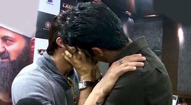 İki aktör her rolü yapabileceklerini kanıtlamak için öpüştüler