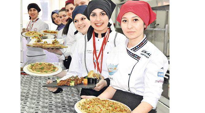 Liseli aşçılar madalyaları topladı