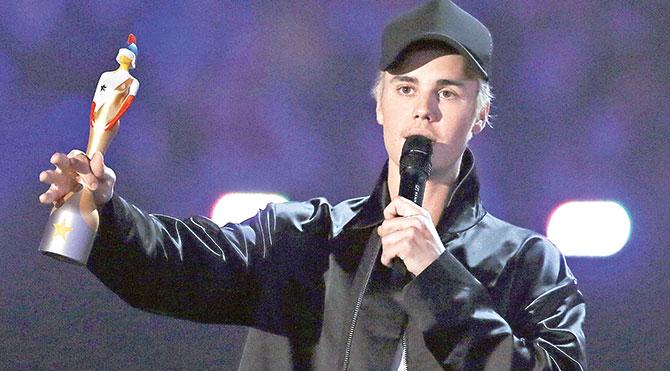 """Justin Bieber """"En İyi Uluslararası Solo Erkek Sanatçı"""" ödülünü aldı."""