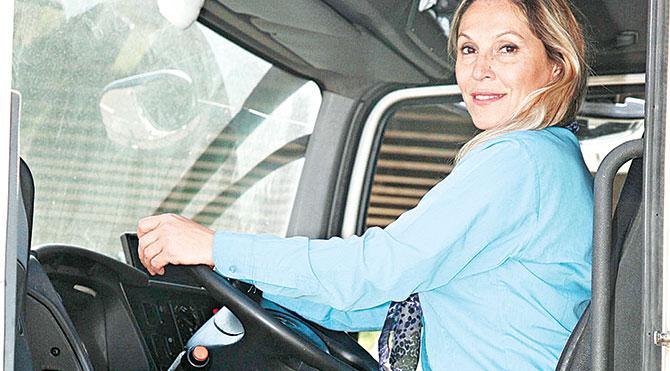 Belediyede çöp kamyonu kullanan İlknur Çoralar, her sabah 05.30'da kalkıp, makyajını yapıp, direksiyon başına oturduğunu söylüyor.
