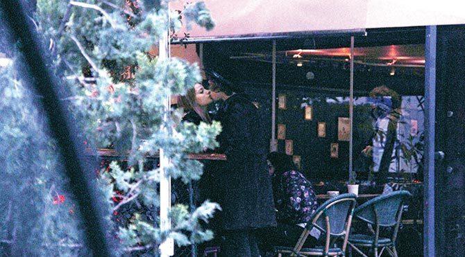 'Paramparça' dizisiyle tanınan Leyla Tanlar, gitmesi gerektiğini söylediği halde sevgilisi Tarık Emir Tekin'i tişörtünden çekip öpücüklere boğdu.