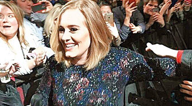 Uzun süredir verdiği ilk konsere izleyicilerin arasından gelerek sahneye çıkan Adele'e ilgi büyük oldu.