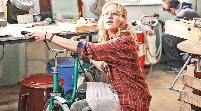 Meryem Uzerli filmde atölyede bisiklet tamir edip seramik yapıyor.