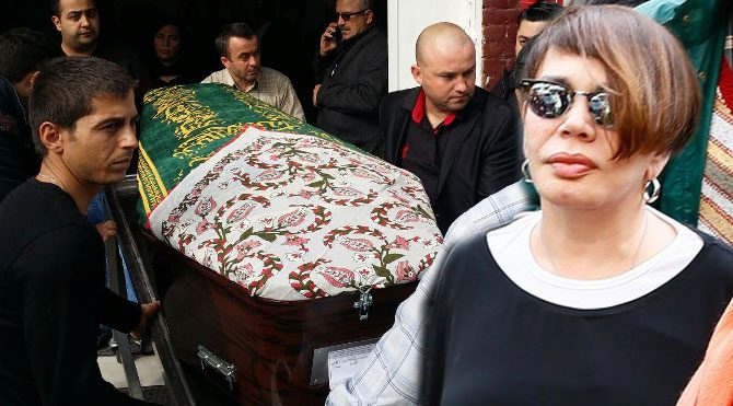 Sezen Aksu, annesini son yolculuğuna uğurladı