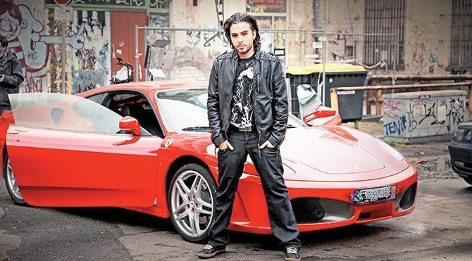 Bu sefer Ferrari parçaladı