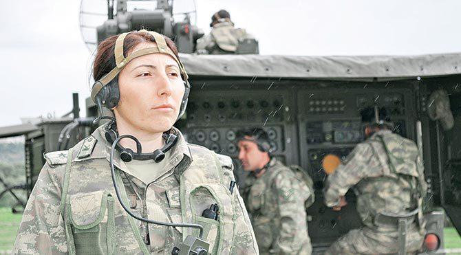 """Askerliğin kadınlara çok yakıştığını söyleyen Üsteğmen Özlem Aydemir """"Hava savunma topunu en iyi benim bilmem ve bunu astlarıma en iyi şekilde öğretmem gerekiyor"""" diyor."""