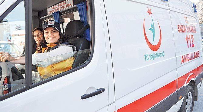 """Kendisi de ambulans kunnalabilen Ayhan İzzettinoğlu, """"Kadınlar üstün kabiliyetlerini işlerine kattıklarında daha da başarılı oluyor"""" dedi."""
