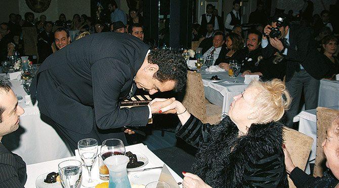 2010... Gönül Akkor, Günay'da ve İbrahim Tatlıses onun elini öpüyor.