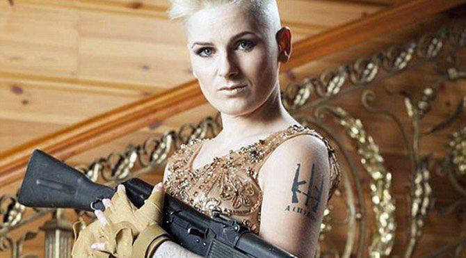 Kadın askerler silahlarıyla poz verdi