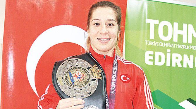 Çok güçlü rakiplerini yenen Yasemin, final maçından sonra Türk bayrağını dalgalandırdı.