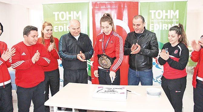 Yasemin Adar, kazandığı Avrupa Şampiyonluğu'nu arkadaşları, antrenörleri ve idarecilerle birlikte pasta keserek kutladı.