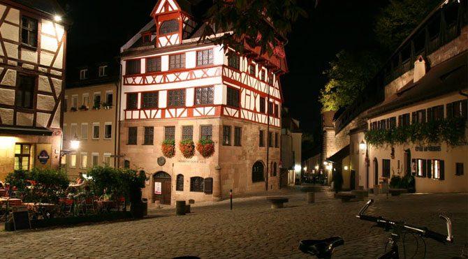 Avrupa tarihinin aydınlık çağını başlatan Rönesans'ın Almanya'daki en önemli temsilcisi sayılan ressam Albrecht Dürer'in yaşadığı şehir olan Nürnberg, Nazi Almanyası'nın da en gözde şehirlerinden biriymiş eskiden.