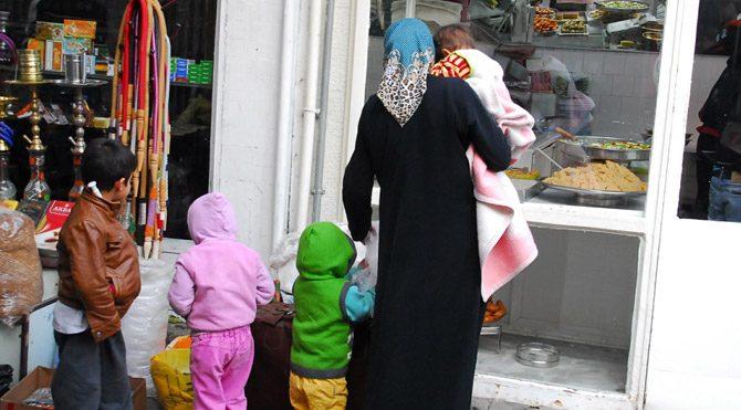 Mülteci kadın ve çocuklarının tatlılara acı bakışı
