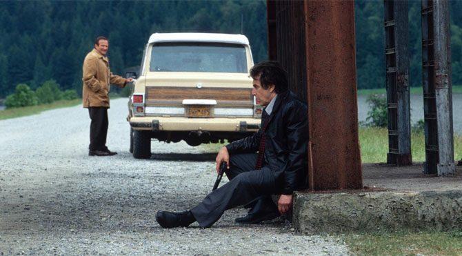 İnsomnia'da usta aktör Al Pacino'nun canlandırdığı karakter hem kendi vicdanıyla hesaplaştığı için uykusuzluk çekerken hem de bir cinayeti aydınlatmaya çalışıyor.