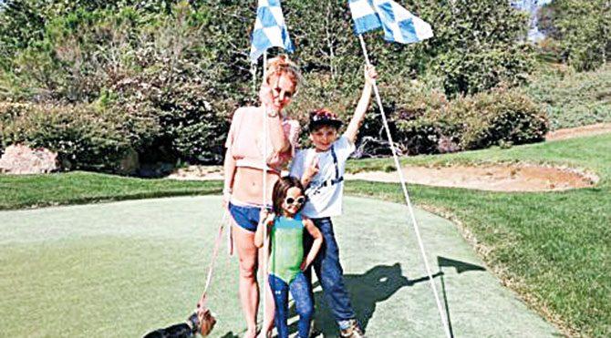 Britney, oğlu ve yeğeniyle bahçede böyle poz verdi.