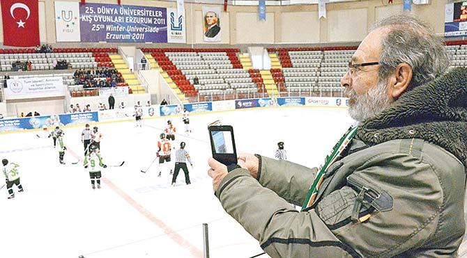 Tiyatrocu Selahattin Taşdöğen kadın buz hokeyi takımının maçlarının en büyük taraftarı oldu.