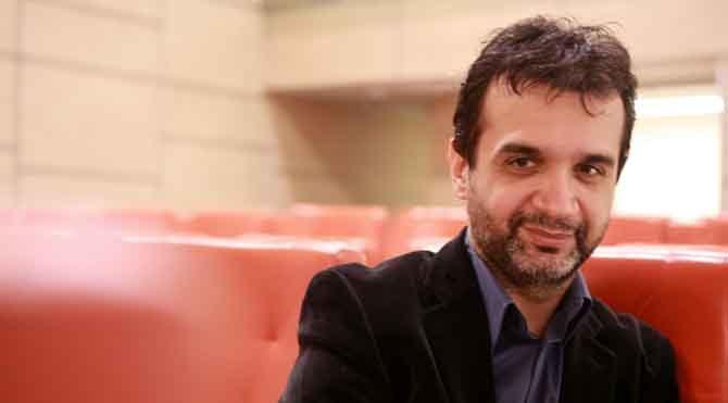 1972'de İstanbul'da doğdu. Marmara Üniversitesi İktisadi ve İdari Bilimler Fakültesi'nden mezun olmasına rağmen hep sinemanın içinde olmayı seçti.