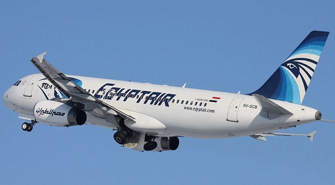 Mısır Havayolları'na ait uçak kaçırıldı: Korsan teslim oldu!