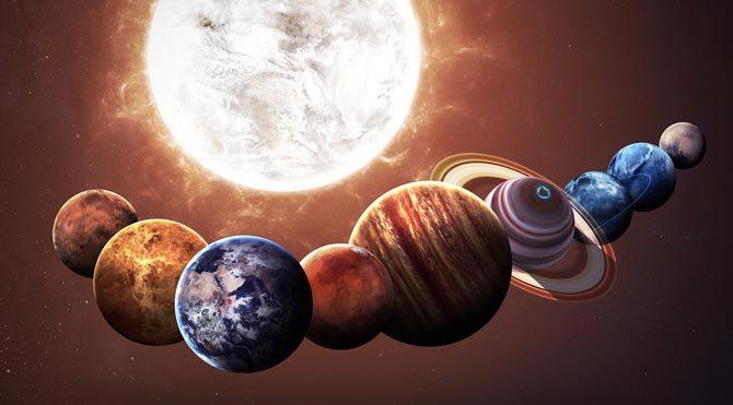 Ay ile düşman, Venüs ile dosttur. Bir günde 32-44 dakika arası hareket eder. Burçlar kuşağını 1 yıl 321 günde dolaşır. Yılda 80 gün kadar geri hareketlidir.