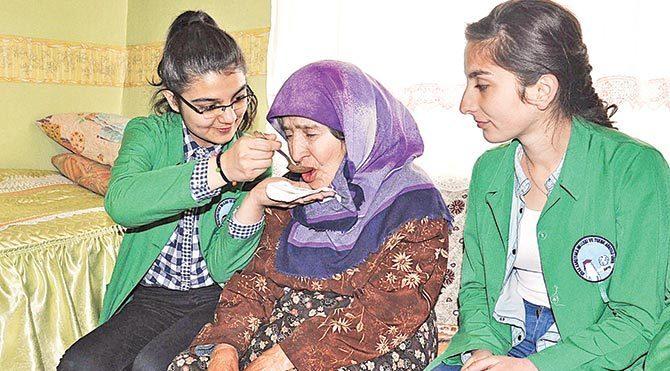 """Fatma Nine, öğrenciler için """"Beni boş bırakmıyorlar. Kendi evladım gibi seviyorum onları"""" dedi."""