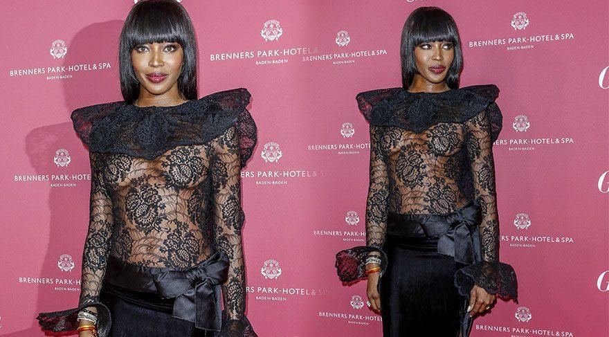 Naomi Campbell transparan elbisesiyle şov yaptı
