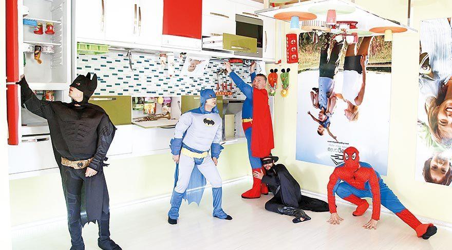 Tüm eşyaları ters monte edilen Ters Ev'de süper kahramanlar tavanda dolaştı.