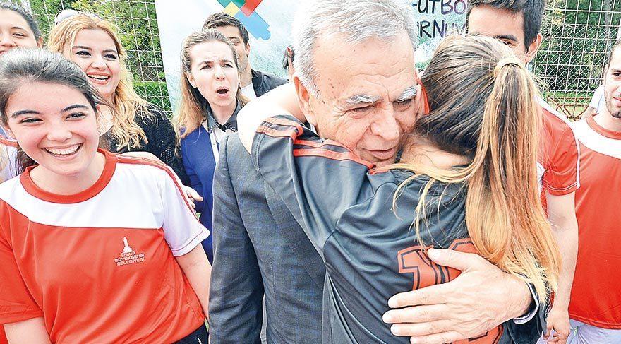 İzmir Büyükşehir Belediye Başkanı Aziz Kocaoğlu da turnuvayı izledi.